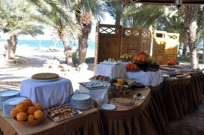 buffet de dessert sur fond de mer